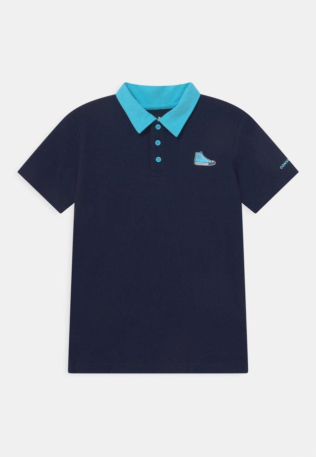 SNEAKER PATCH - Polo shirt - obsidian