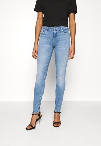 ONLCARMEN LIFE REG - Skinny džíny - light medium blue