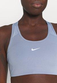 Nike Performance - BRA - Sujetadores deportivos con sujeción media - ashen slate/white - 5