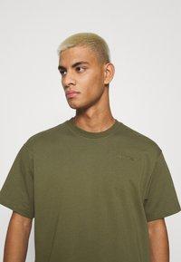 adidas Originals - BASICS UNISEX - Basic T-shirt - olive - 3