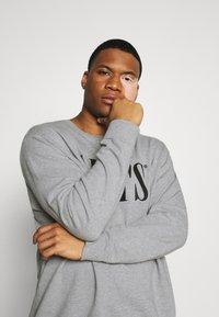 Levi's® Plus - BIG CREW SEASONAL - Sweatshirt - midtone heather grey - 3