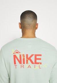 Nike Performance - DRY TEE TRAIL - Camiseta de deporte - pistachio frost - 4