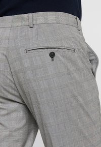 Selected Homme - SLHSLIM MATHREP CHECK PANTS - Trousers - white/black - 5