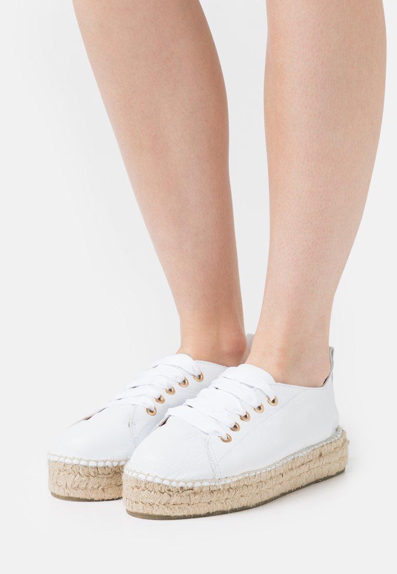 JUTELAUNE - Casual lace-ups - white