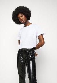 J Brand - FRANKY HIGH RISE CROP  - Bootcut jeans - patent black - 3