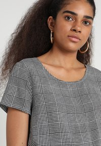 ONLY - ONLFIRST  - Blusa - cloud dancer/prince of wales - 5