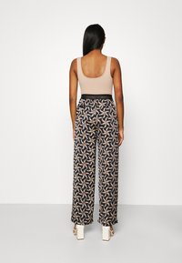 Scotch & Soda - PRINTED WIDE LEG PANT WITH SPECIAL ELASTIC WAISTBAND - Trousers - black - 2