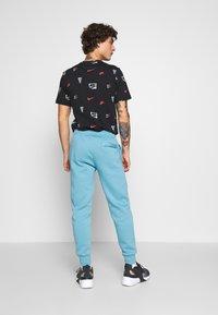 Nike Sportswear - CLUB - Tracksuit bottoms - cerulean/white - 2