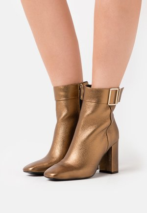 METALLIC SQUARE TOE BOOT - High heeled ankle boots - dark gold