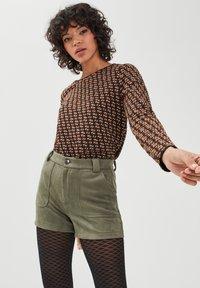 BONOBO Jeans - Shorts - vert khaki - 3