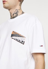 Tommy Jeans - BACK GRAPHIC TEE UNISEX - Print T-shirt - white - 4