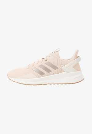 QUESTAR RIDE - Neutral running shoes - linen/platin metallic/clow white
