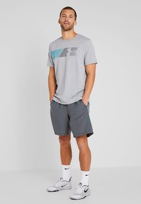 Under Armour - GRAPHIC SHORTS - Korte sportsbukser - pitch gray/teal rush - 1