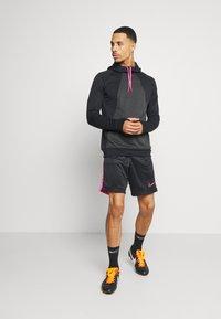 Nike Performance - DRY ACADEMY SHORT  - Sportovní kraťasy - black/hyper pink - 1