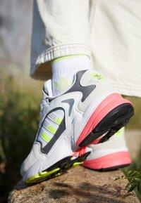 adidas Originals - FALCON 2000 - Sneakersy niskie - solar yellow/raw white - 4