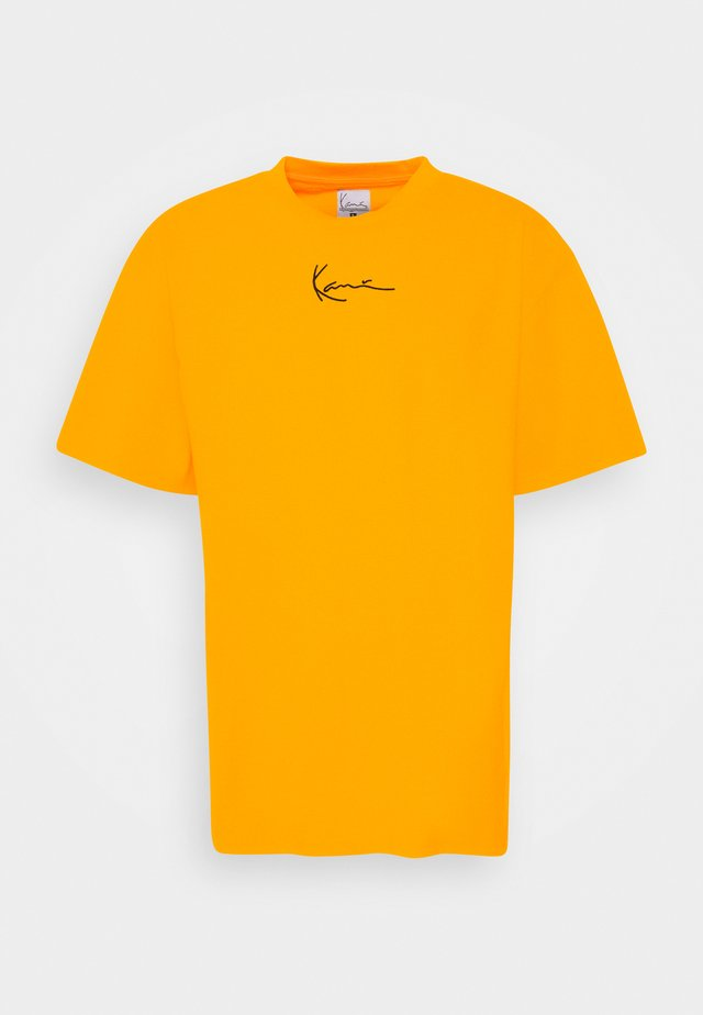 SMALL SIGNATURE TEE UNISEX - Print T-shirt - yellow