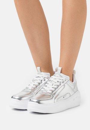 VEGAN FLAT SMPL 2.0 - Sneakers basse - silver