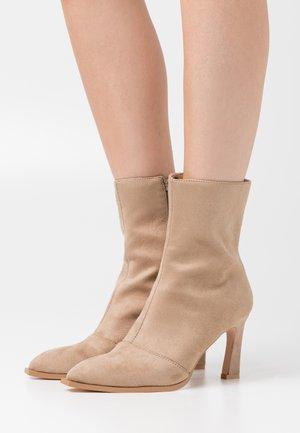 LOOK HEELED BOOTS - Korte laarzen - beige