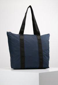 Rains - TOTE BAG RUSH - Shoppingveske - blue - 0