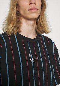 Karl Kani - SMALL SIGNATURE PINSTRIPE TEE - T-shirt imprimé - black - 4