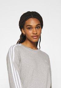adidas Originals - 3-STRIPES ADICOLOR - Long sleeved top - medium grey heather - 3
