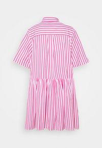 Victoria Victoria Beckham - A-LINE BROAD STRIPE SHIRT DRESS - Sukienka koszulowa - pink/white - 8