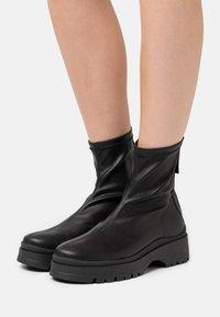 ÁNGEL ALARCÓN - Kotníkové boty na platformě - black - 0