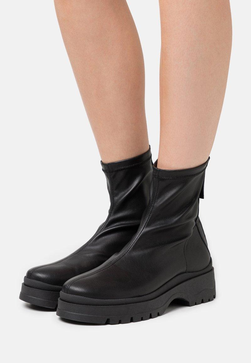 ÁNGEL ALARCÓN - Kotníkové boty na platformě - black