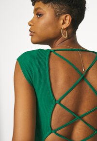 Glamorous - TIE BACK DETAIL - T-shirt con stampa - forest green - 5