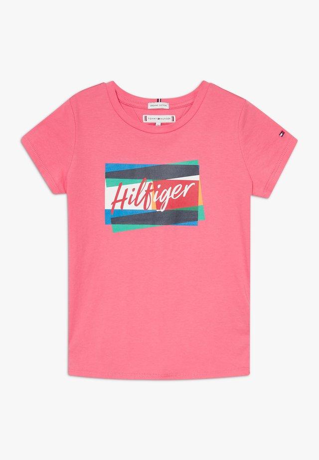 FUN FLAG TEE - Triko spotiskem - pink