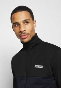 Jack & Jones Performance - JCOZPOLY SUIT BLOCKING - Survêtement - black - 5