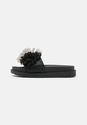 SLIDE WIDE FIT SOLE FLOWERS - Klapki - black
