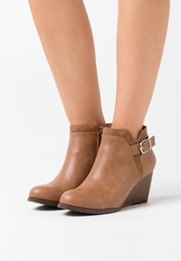 Wallis Wide Fit - WIDE FIT WAGER - Boots à talons - camel - 0