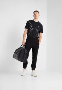 Neil Barrett BLACKBARRETT - ELONGATED ZIP  - Pantalon de survêtement - black - 1