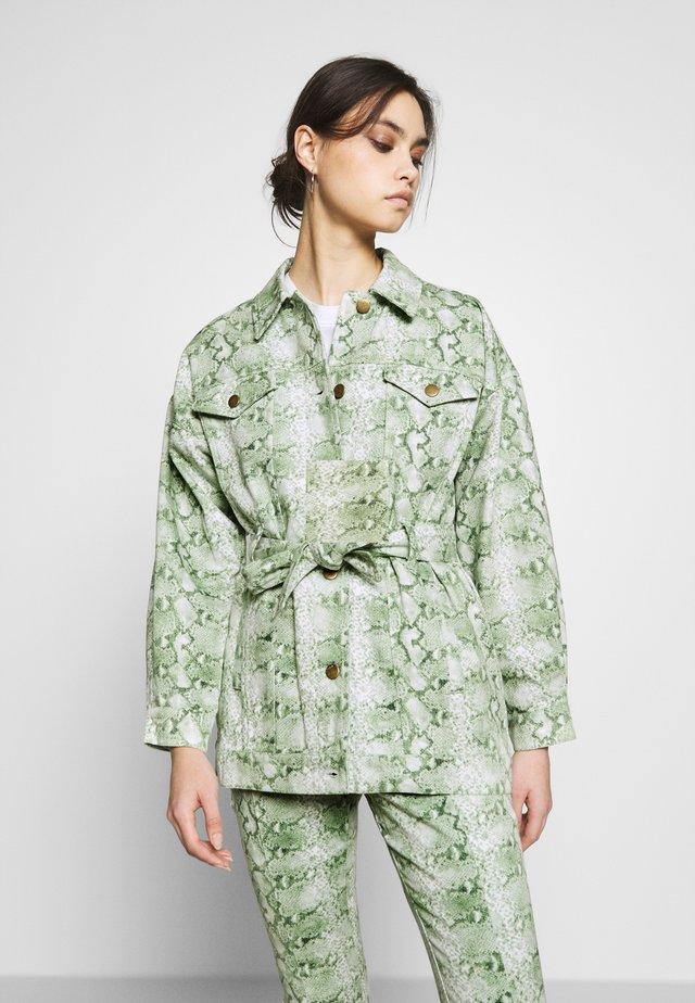 THE BELTED  - Veste en jean - python-green