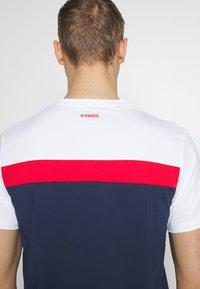 K-SWISS - HERITAGE SPORT TEE CLASSIC - Triko spotiskem - navy/red/white - 5