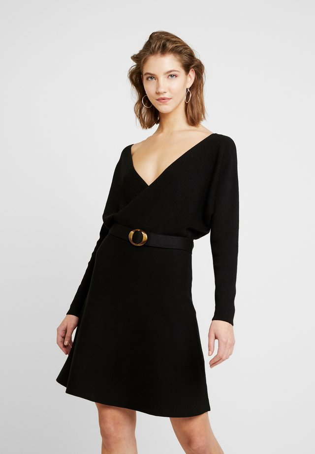 MADELYN BELTED DRESS - Pletené šaty - black