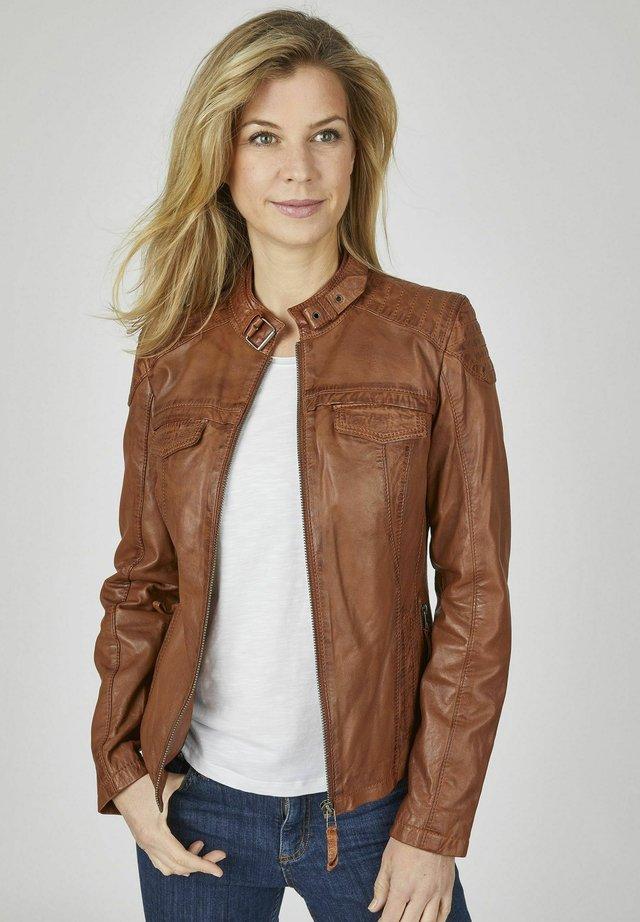 MIT STEHKRAGEN UND ZIERSCHNALLE - Leather jacket - cognac