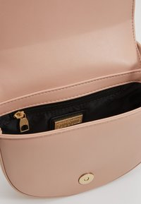 Versace Jeans Couture - BAROQUE BUCKLE HALF MOON - Kabelka - naked pink - 4