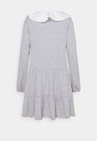 Pieces Petite - PCHYLLA DRESS - Sukienka z dżerseju - light grey melange/white - 1