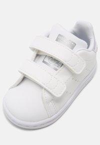 adidas Originals - STAN SMITH UNISEX - Trainers - white/silver - 4