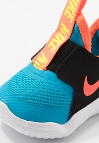 Nike Performance - FLEX RUNNER UNISEX - Neutrální běžecké boty - laser blue/hyper crimson/black/lemon - 2