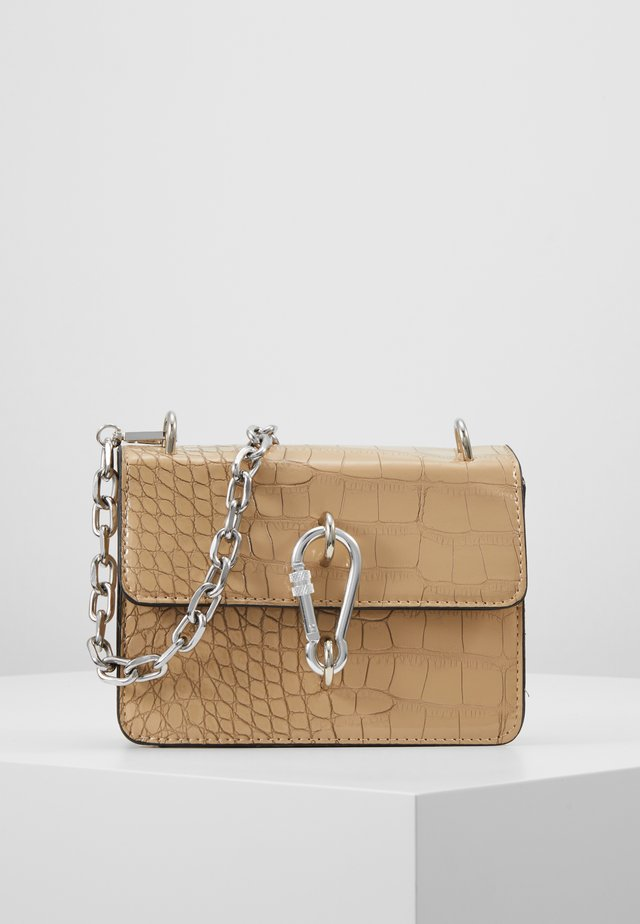 KARABINER DETAIL CROSS BODY BAG - Schoudertas - nude