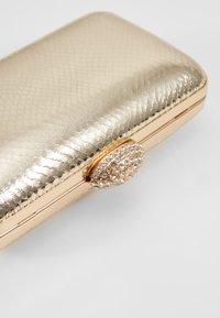 Dorothy Perkins - DIAMONTE CLASP BOX CLUTCH - Psaníčko - gold - 6