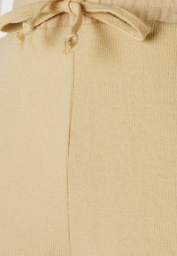 Pieces Petite - PCLYN - Shorts - almond buff - 2
