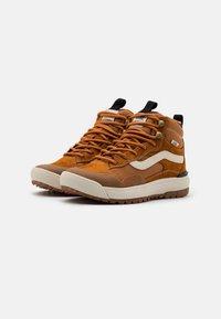 Vans - ULTRARANGE EXO MTE UNISEX - Skate shoes - pumpkin spice - 1