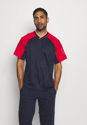 TEE - T-shirt z nadrukiem - legink/scarlett