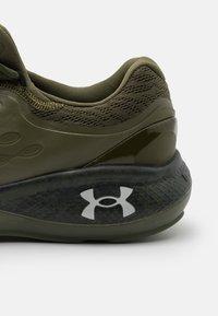Under Armour - CHARGED VANTAGE - Zapatillas de running neutras - marine/od green - 5
