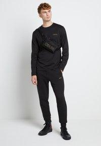 HUGO - DEROL ZA - Maglietta a manica lunga - black/gold - 1