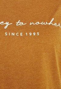 ONLY Carmakoma - CARBESS LIFE TEE - T-shirts med print - pumpkin spice melange - 2